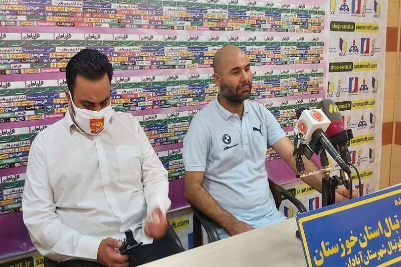 خبرنگاران سرمربی شهرخودرو مشهد:سه امتیاز مقابل نفت آبادان براحتی از دست دادیم