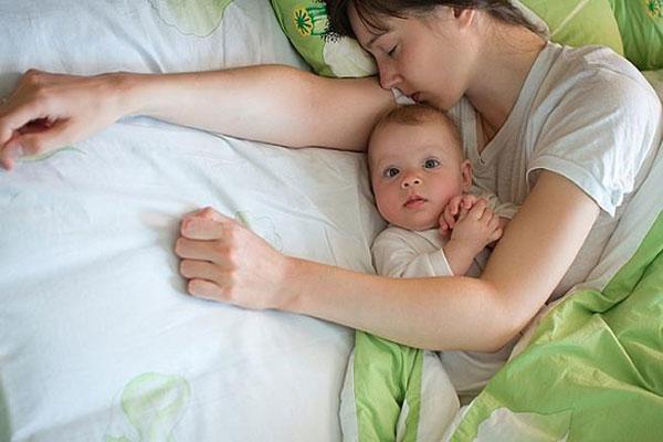 چگونه الگوی خواب نوزادمان را تنظیم کنیم؟