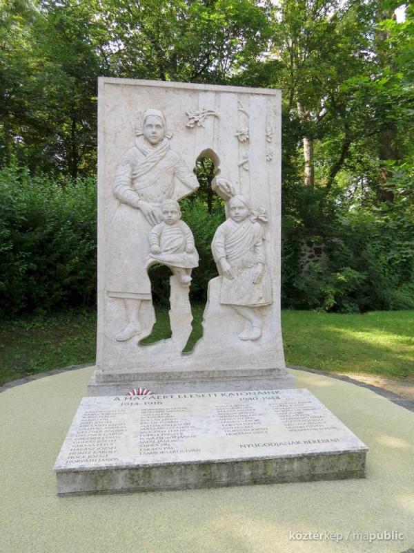 تور مجارستان ارزان: طراحی خلاقانه بنای یادبود سربازان درگذشته جنگ جهانی اول و دوم در یک دهکده مجارستان